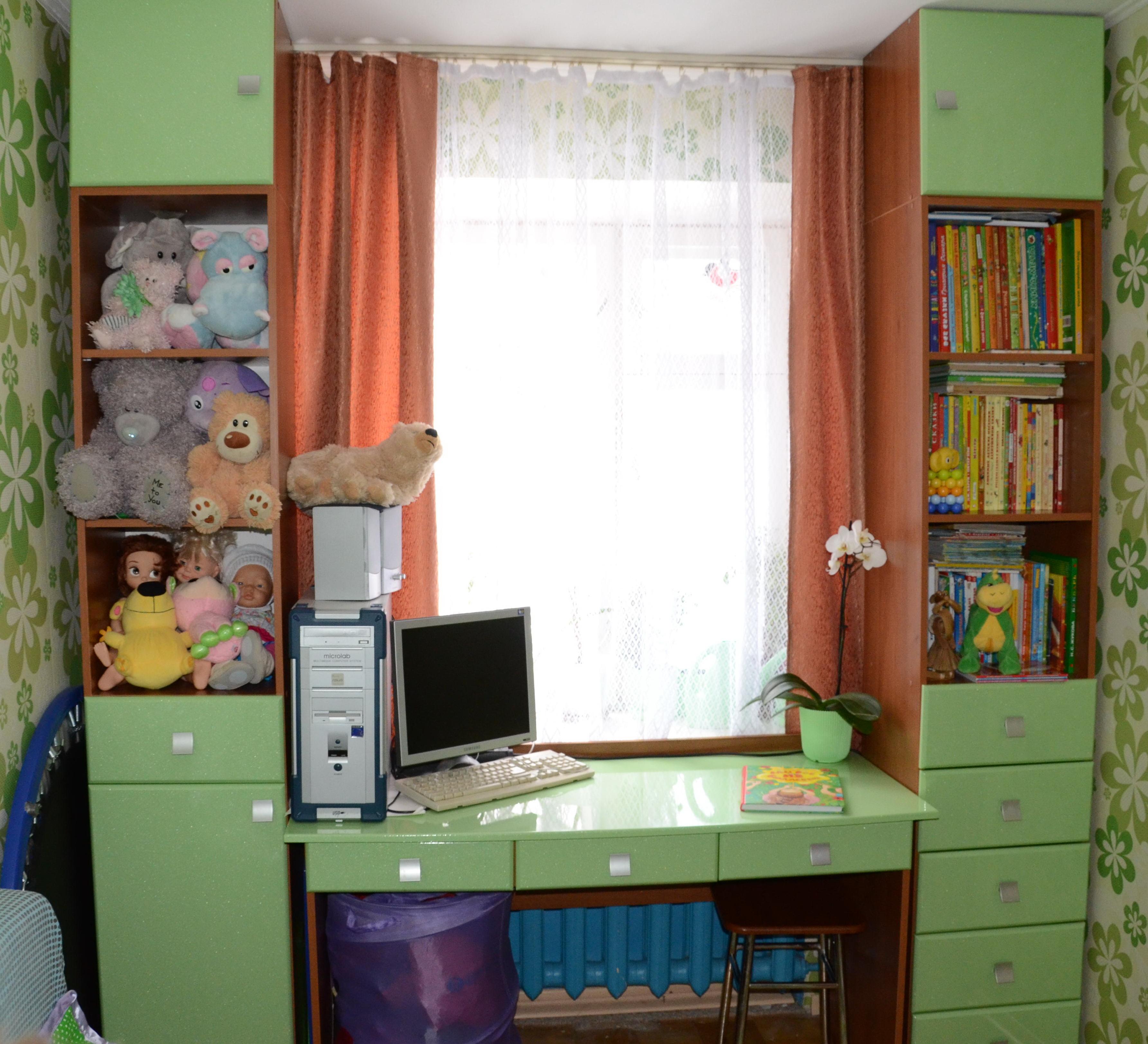 Детский письменный стол для двоих детей у окна фото